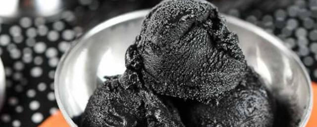 Черное мороженое — модный тренд