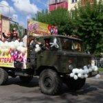Украшенный шариками и лентами автомобиль