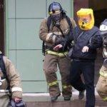 Кузбасские пожарные спасли мужчину из горящей квартиры